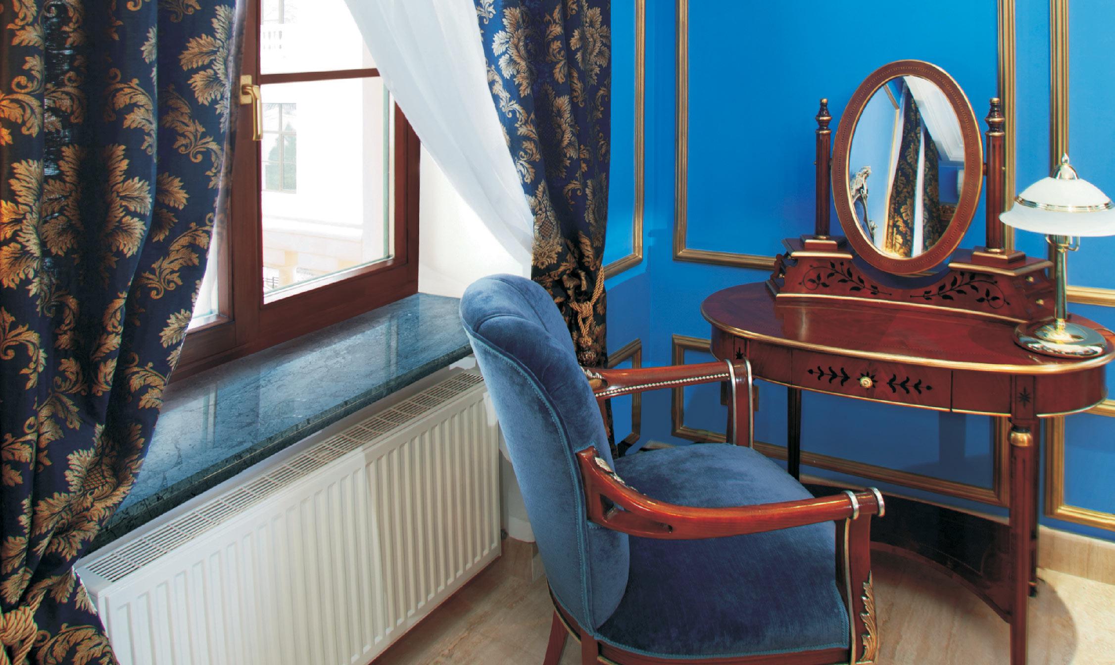 Подоконник DANKE синий в интерьере кабинета в Калуге фото